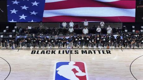 Die Spieler der New Orleans Pelicans und Utah Jazz knien bei der Nationalhymne gemeinsam vor einem «Black Lives Matter»-Schriftzug.