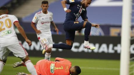 Lyon-Keeper Anthony Lopes ist vor PSG-Superstar Neymar am Ball.
