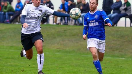 Bekommen es nicht nur im Punktspiel-Betrieb, sondern auch im Liga-Pokal miteinander zu tun: Die Kicker des SC Ried (links Lukas Huber) und der SpVgg Joshofen-Bergheim (rechts Maximilian Maschke).