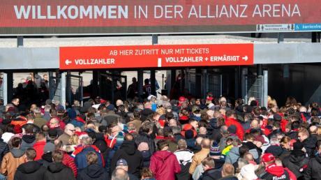 Die Politik muss über eine mögliche Rückkehr der Fußball-Fans in die Stadien entscheiden.