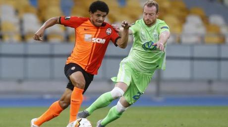 Taison (l) von Schachtjor Donezk und Maximilian Arnold vom VfL Wolfsburg kämpfen um den Ball.
