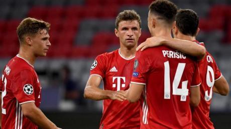 Bayerns Ivan Perisic (2.v.r.) jubelt nach seinem Treffer zum 2:0 mit den Mannschaftskameraden Müller (2.v.l.), Lewandowski (r) und Kimmich (l).