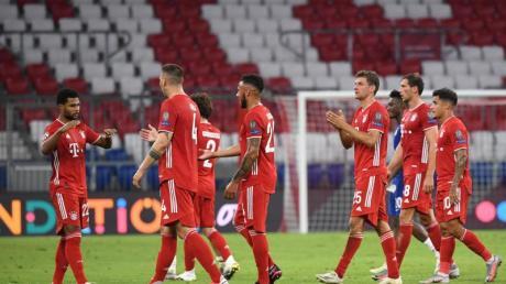 Die Spieler von Bayern München feiern nach Spielende den Sieg.