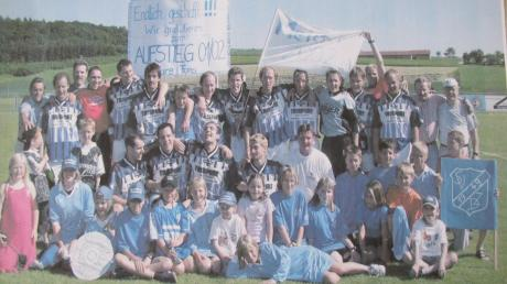 Gemeinsam mit zahlreichen jugendlichen Fans feierte die Mannschaft des SV Ziertheim-Dattenhausen nach dem 4:0-Sieg beim FSV Finningen im Juni 2002 die Meisterschaft in der A-Klasse Donau I.