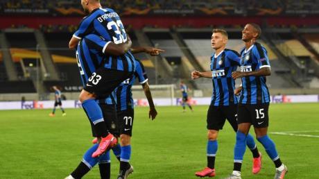 Romelu Lukaku (l) von Inter Mailand und seine Mannschaftskollegen haben Grund zur Freude.