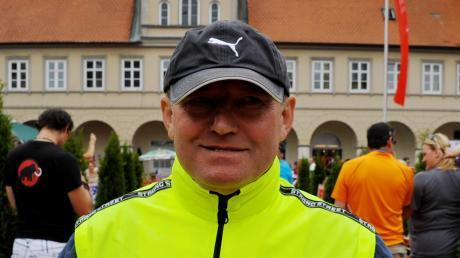 """TVL-Abteilungsleiter Erich Gruber ist nicht nur seit 26 Jahren für den Lauinger VR-Triathlon verantwortlich (linkes Bild), sondern war selbst ein begeisterter """"Dreikämpfer"""" (rechts 2011 auf Hawaii)."""
