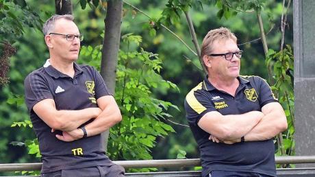 Weiß, dass auf seine Mannschaft im verbleibenden Saisonverlauf noch jede Menge Arbeit im Kampf um den Ligaverbleib zukommen wird: Untermaxfelds Trainer Wolfgang Rückel (links, hier mit Betreuer Dieter Breu).