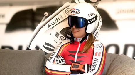 Nur für das Zeitungsfoto präsentiert sich die Rennläuferin Meike Pfister aus Deisenhausen in so gemütlicher Pose. Ansonsten ist sie in nächster Zeit häufig auf Gletschern aktiv, um sich auf den Winter und nach langer Verletzungspause auf ein gelungenes Comeback im Ski-Weltcup vorzubereiten.