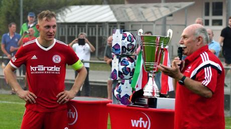 Michael Kiecke (links), Kapitän des Bezirkspokalsiegers TSV Buch II, wartet darauf, dass er vom Bezirksvorsitzenden Manfred Merkle den Pokal überreicht bekommt. Bald steht schon die neue Runde des Wettbewerbs an.