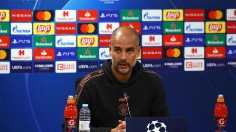 Pep Guardiola spricht bei einer Pressekonferenz.