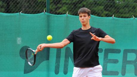 Auch für Tim Holzner (Bild) ist die wegen Corona verschobene und nur kurze Tennis-Übergangsaison 2020 beendet. Mit seinen Herren der SSV Höchstädt belegte er in der Kreisklasse 2 Rang fünf.