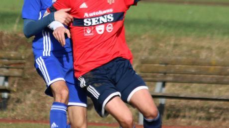 Christoph Ulrich vom Sportclub D.L.P. (im roten Dress) traf einmal gegen die FSG Mündling-Sulzdorf.