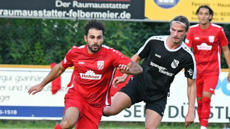 Auf verlorenem Posten: Julian Mayr (rechts) und der FC Ehekirchen hatten gegen den TSV Rain (links Abdel Abou-Khalil) nichts zu bestellen.