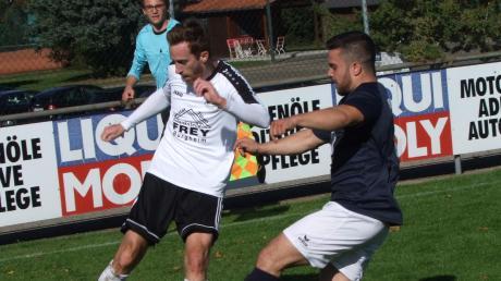 Möchte im weiteren Saisonverlauf der Kreisliga Ost vermehrt auf die eigenen Jugendspieler setzen: Burgheims Spielertrainer Mathias Heckel (links).
