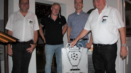 Eine Feuerschale mit dem Emblem seines Lieblingsvereins erhielt Karl Lang (rechts) von seinem bisherigen Stellvertreter Helmut Brauchle und seinen Nachfolgern Robert Stammel und Bernhard Fendt (von links).