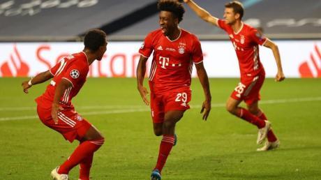 Kingsley Coman (M) von Bayern München feiert sein Tor zum 1:0 gegen Paris Saint-Germain.