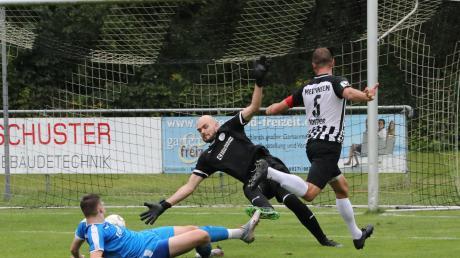 14 Tore hätten die Zuschauer beim 7:7 im Testspiel des TSV Meitingen gegen den SC Oberweikertshofen bestaunen können. Doch die Partie fand coronabedingt ohne Fans statt. Hier trifft Arthur Fichtner (rechts).
