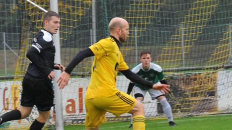 Mit elf Treffern ist Kai Klement (Mitte) in dieser Saison der erfolgreichste Torschütze des FC Lauingen. Dabei mischte der 31-jährige Angreifer sogar nur bei 13 des bislang 19 Saisonpartien mit.