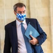 Bayerns Ministerpräsident Markus Söder hat eine schärfere Quarantäne für Fußballfans angekündigt. Mit dem Kabinett berät er über das Coronavirus.