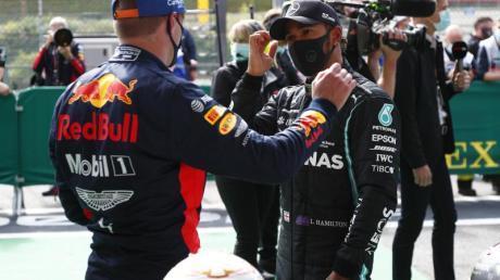 Lewis Hamilton (r) im Gespräch mit Max Verstappen.
