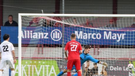 Rains Torwart Moritz Mayershofer hatte beim Tor zum 1:2 der Augsburger keine Chance.