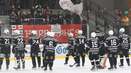 Die Ovationen ihrer Fans werden die Burgauer Eishockeyspieler auch in der kommenden Runde entgegennehmen dürfen. Aber vieles wird anders sein als früher (unser Foto entstand im Januar 2020). Wie viele Zuschauer dürfen in die Halle? Müssen sie eine Maske tragen? Oder sitzen? Noch bleiben Fragenzeichen.