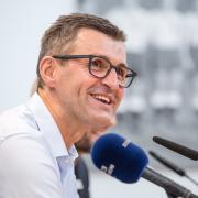 Michael Köllner ist Trainer beim TSV 1860 München. Wo die Spiele der Löwen im Live-TV und Stream zu sehen sind, erfahren Sie in diesem Artikel.