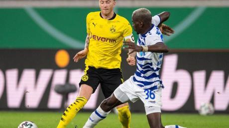 Marco Reus (l) vonBorussia Dortmund und Wilson Kamavuaka vom MSV Duisburg kämpfen um den Ball.