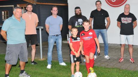 Die Entscheidungsträger beim FV Weißenhorn um Vereinschef René Räpple (Dritter von links) und seinen Stellvertreter Markus Fitzel (Zweiter von rechts) sind stolz auf die Geschichte und die Erfolge des Vereins – und auf ihre guten Jugendspieler.