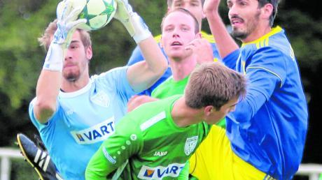 Das Rückspiel zwischen dem TSV Nördlingen und dem SV Holzkirchen findet erst im April nächsten Jahres statt (von links): Torwart Fabian Dorschky, Daniel Kienle, Thomas Rau. Vorne gebückt Tim Reule, hinten verdeckt Micha Köhnlein.