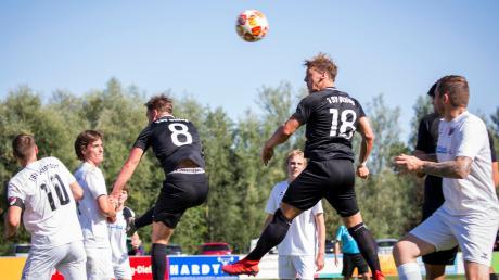 Zum Auftakt nach dem Neustart kommt es gleich zum Ammersee-Derby: Der Tabellenführer der Kreisklasse 4, der TSV Utting (schwarze Trikots), hat Verfolger TSV Schondorf zu Gast.