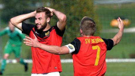 Tim Schultheiß (links) glaubt es kaum: Gerade hat er mit einem Sonntagsschuss das 4:0 für seinen SV Beuren erzielt.