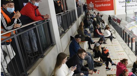 Sitzen ohne, stehen mit Maske – und alles mit Abstand: Die Besucher des Eishockey-Testspiels in Burgau verhielten sich vorbildlich.