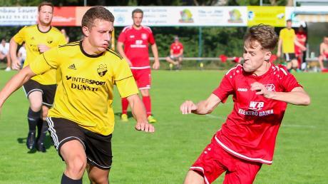 Durchsetzungsstark: Pascal Oggermüller (rechts) gewann mit dem FC Zell/Bruck beim FC Illdorf (Jonas Meier) mit 3:2.