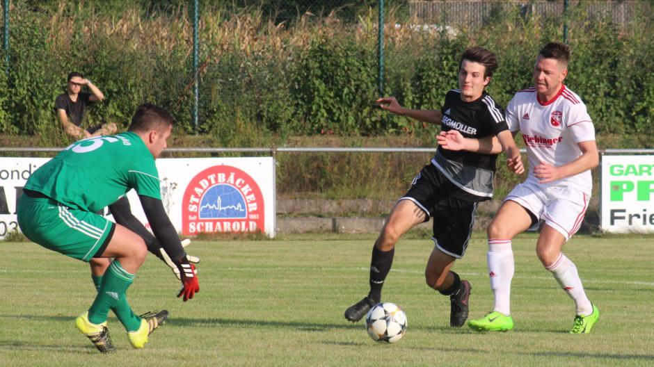 Debütant Theo Prendke (schwarzes Trikot) feierte beim 3:0-Sieg des TSV 1862 Friedberg gegen Neusäß einen guten Einstand. Für den TSV ist es ein erster Schritt zum angestrebten Klassenerhalt.