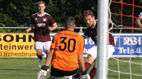 Moritz Wagner erzielte in der 85. Minute den Siegtreffer für Mertingen, BCA-Torwart Michael Fottner hatte das Nachsehen.