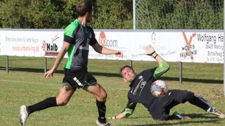 Dreimal musste Nordendorfs Torhüter Niklas Beck im Derby beim VfL Westendorf hinter sich greifen. Hier trifft Simon Schacherl zum 1:0.