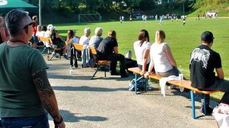 Schatten gibt es auf dieser Seite des Spielfelds in Grafertshofen sowieso nicht. Das mit dem Abstand haut deswegen schon einigermaßen hin.