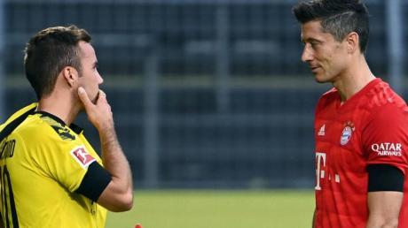 Wird BVB-Star Mario Götze (l) wieder Teamkollege von Bayern-Stürmer Robert Lewandowski?.