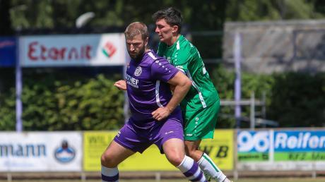 Wieder am Ball: Angreifer Niko Schröttle (vorne), der zuletzt in Durach fehlte, soll im Heimspiel gegen den SC Ichenhausen für die nötige Durchschlagskraft vor dem gegnerischen Kasten sorgen.