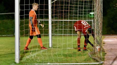 Sechsmal musste der TSV Neusäß im Totopokal-Finale gegen den TSV Bobingen den Ball aus dem Netz holen. Torhüter David Schmidt und Raphael Marksteiner, der den Ehrentreffer erzielte, zählten dabei noch zu den besten.