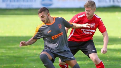 Immer einen Schritt voraus: Sebastiano Cristaldi (links) und der SV Sinning hatten gegen Feldkirchen (rechts Stephan Fieber) leichtes Spiel.