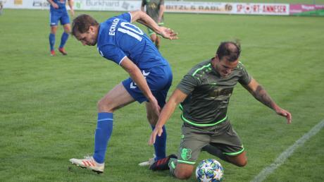 Stefan Reinthaler (rechts gegen Ecknachs Spielertrainer Daniel Framberger) und der FC Stätzling setzten sich im Verfolgerduell durch.