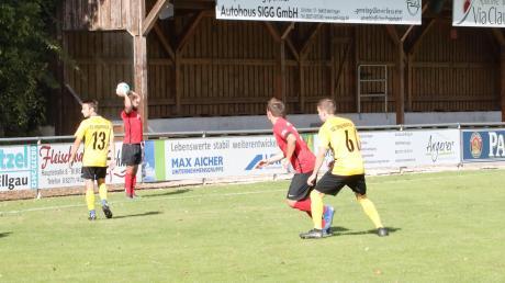 Die Tribüne blieb leer, weil beim TSV Herbertshofen keine Zuschauer zugelassen waren. So lieferte man sich mit dem SC Biberbach ein Geisterspiel, das die Gäste aufgrund einiger Geistesblitze mit 4:0 gewannen.