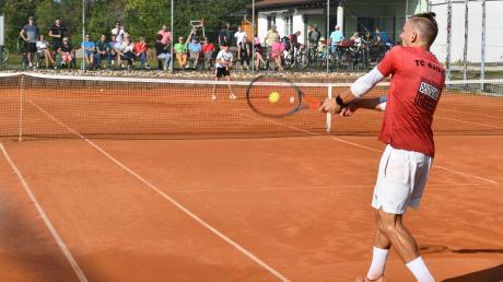 Der 15-jährige Markus Schuster (im Hintergrund) bezwang in einem packenden Finale vor zahlreichen Zuschauern den Titelverteidiger Fabian Tögel.