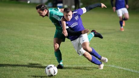 Ein beachtliches 2:2-Unentschieden schaffte am Freitag im Flutlichtspiel der Sportclub D.L.P. beim Tabellenführer TSV Wemding (am Ball Wemdings Florian Veit).