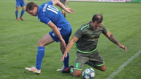 Pechvogel des Spieltags: Ecknachs Spielertrainer Daniel Framberger (links, hier gegen Stätzlings Stefan Reinthaler) erzielte in der Fußball-Bezirksliga ein herrliches Freistoßtor, das nachträglich wieder aberkannt wurde.