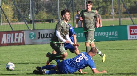 Beinahe wären Sert Mert (hier gegen Björn Wohlrab) und der FC Stätzling über den VfL Ecknach gestolpert. Seinen Anteil dabei hatte auch der Schiedsrichter.