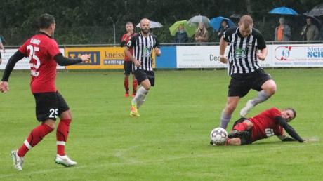 Im Hinspiel konnten Sebastian Kaifer (am Boden) und Mario Kalkbrenner (links) mit dem SC Altenmünster Matthias schuster und Mateo Duvnjak vom TSV Meitingen trotz großem Einsatz nicht stoppen.