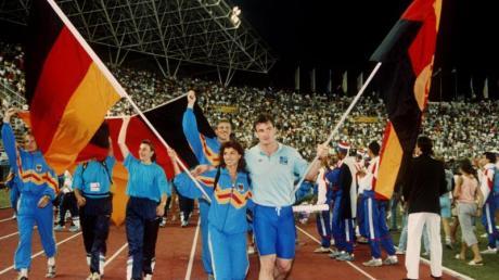Arm in Arm: Fahnenträger Gabriele Lippe aus der Bundesrepublik und Ulf Timmermann aus der DDR 1990 bei der Schlußfeier der Leichtathletik-EM im jugoslawischen Split.
